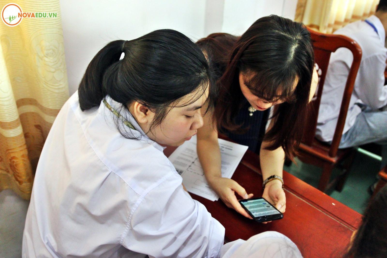 Các bạn học sinh được trực tiếp hướng dẫn sử dụng Hệ thống hướng nghiệp online Nova Eguide