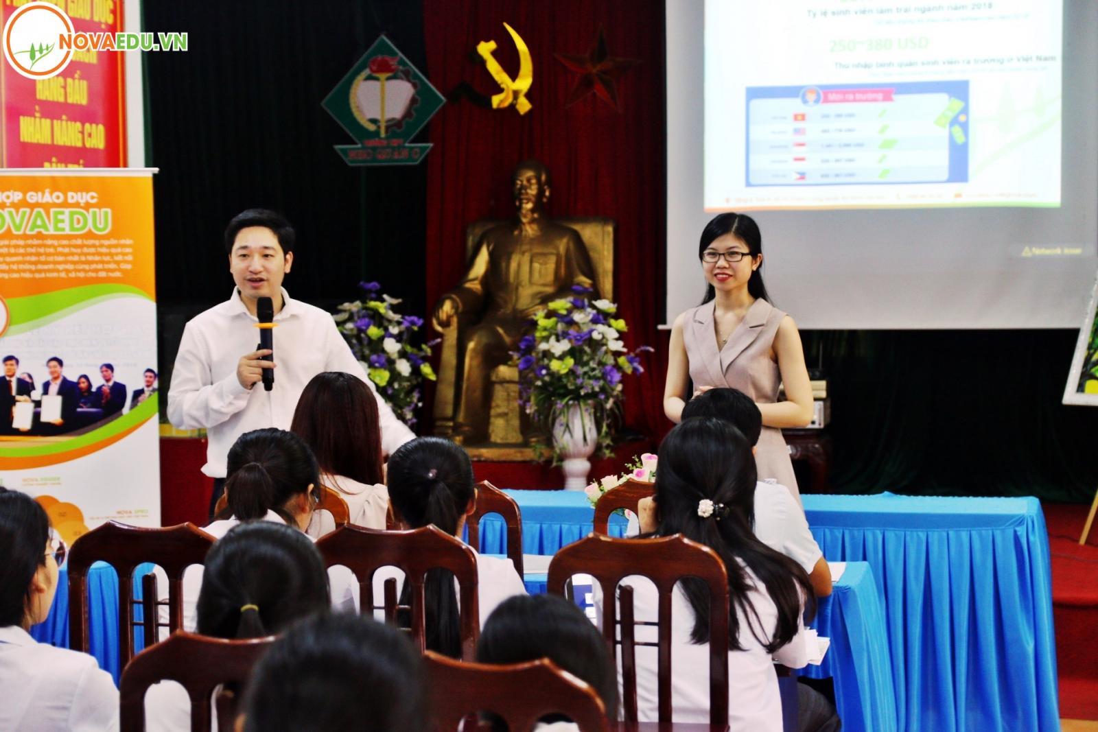 CEO Đỗ Mạnh Hùng và Cô Đỗ Thùy Dung - giám đốc Nova Eguide chia sẻ kiến thức về định hướng nghề nghiệp